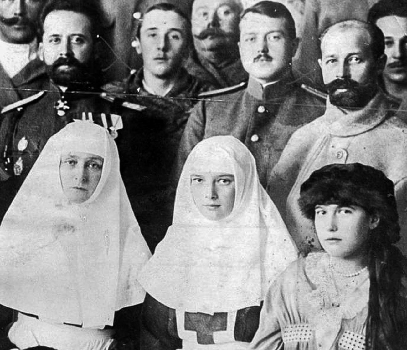 Pemarisuri Aleksandra beserta kedua putrinya, Tatiana dan Anastasia, selama Perang Dunia I.