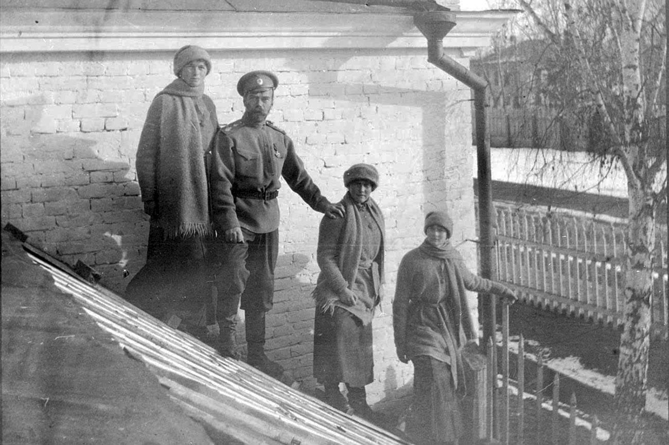 Nikolay Romanov yang telah turun takhta dan ketiga putrinya, Olga, Anastasia, dan Tatiana di Tobolsk pada musim dingin 1917—1918