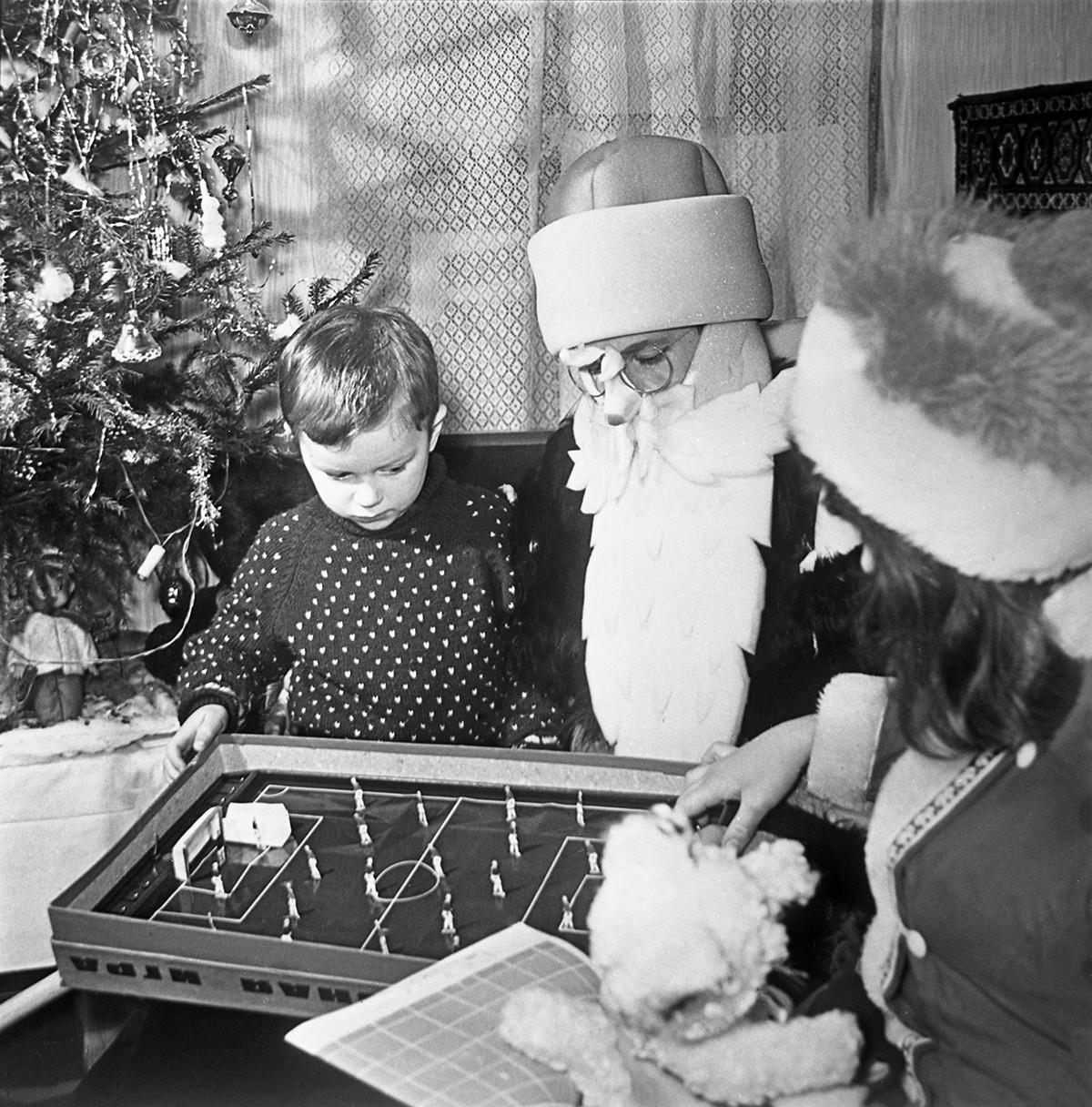 Le Père Gel soviétique passe du temps à parler avec les enfants.