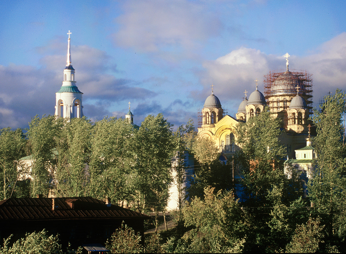 Verkhoturye. Monastery of St. Nicholas, southwest view. From left: bell tower of Transfiguration Church, Cathedral of Elevation of the Cross, Gate Church of Sts. Simeon & Anna. August 26, 1999.