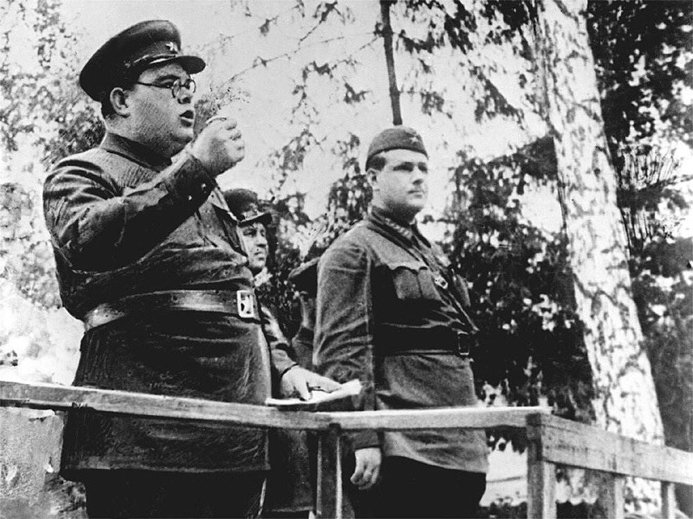 Шчербаков држи говор борцима.