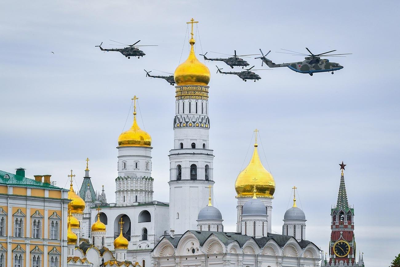 Helicópteros sobre la Plaza Roja.
