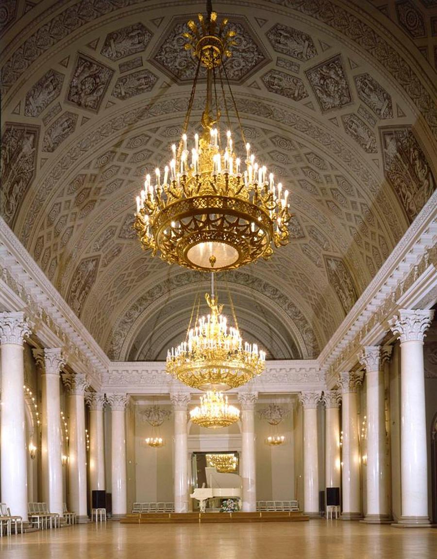 Sala de columnas blancas
