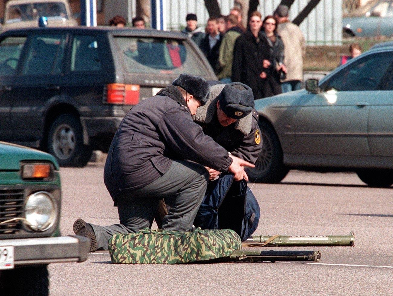 Руски полицаи пред американското посолство с ръчните гранатомети, с които е направен опит за атака на американското посолство в Москва като част от протест срещу бомбардировките на НАТО в Югославия, 28 март 1999 г.