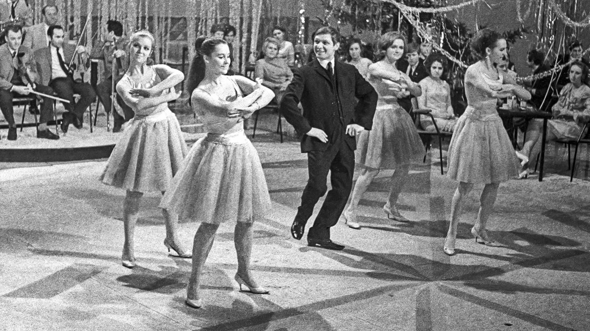 """Edouard Khil et le groupe de danse Alyé paroussa (Voiles écarlates) durant l'émission soviétique de télévision """"Flamme bleue"""", à Moscou"""