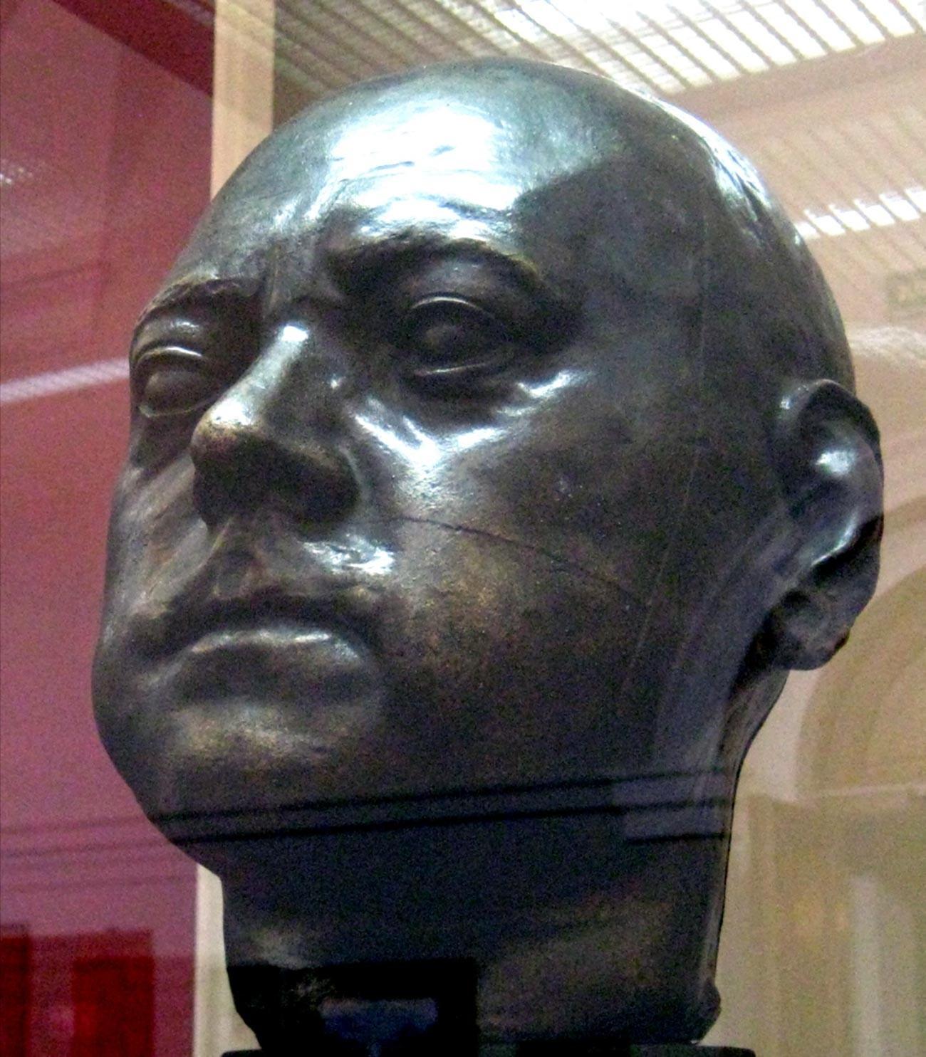 Patung kepala Pyotr yang Agung yang dibuat dari topeng kematiannya ini mungkin satu-satunya gambar Kaisar yang dapat diandalkan.