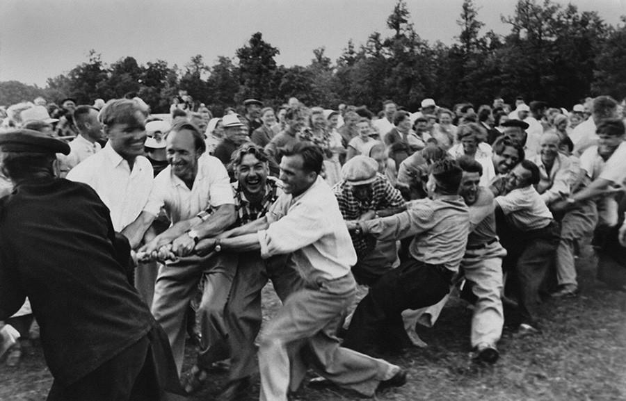 お楽しみ会:綱引き、1950年代