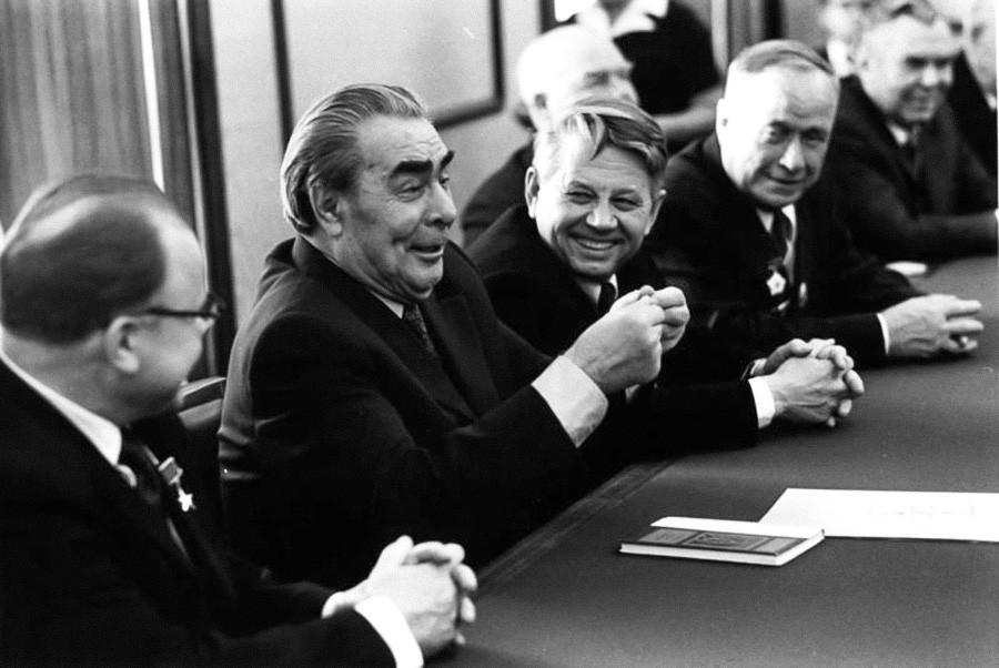 Leonid Brejnev et des stakhanovistes, ces super-travailleurs soviétiques, années 1970