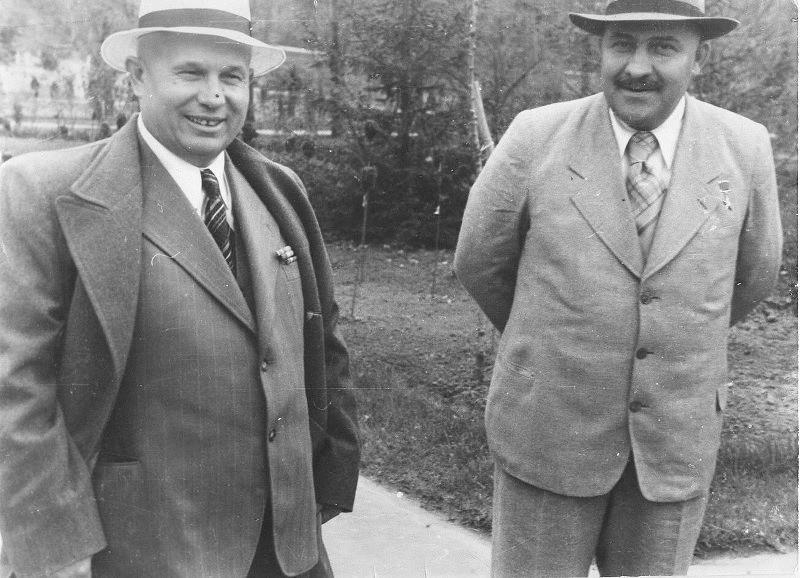 Nikita Khrouchtchev et le ministre soviétique Lazare Kaganovitch en promenade, années 1950