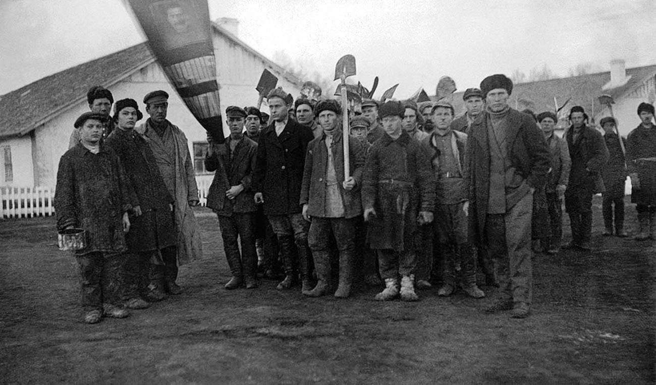 Groupes de détenus accompagnés d'un employé de l'OGPU