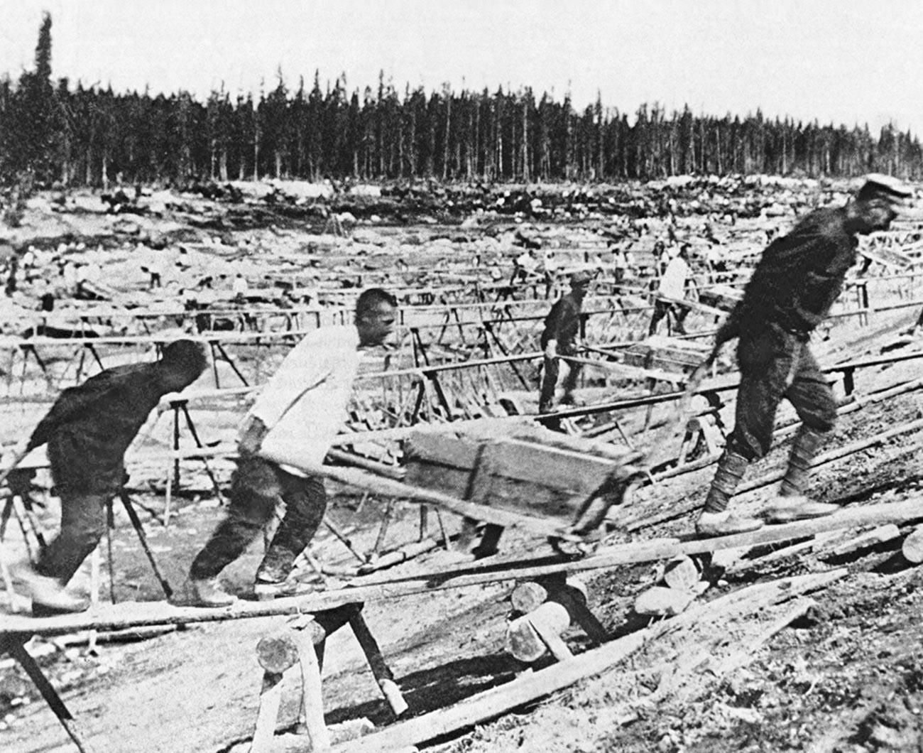 Des prisonniers soviétiques lors de la construction du canal reliant les mers Blanche et Baltique