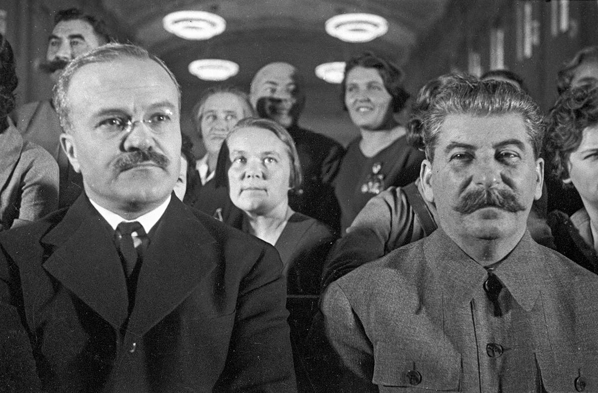 ヴャチェスラフ・モロトフ(左側)とヨシフ・スターリン、モスクワ、1937年。