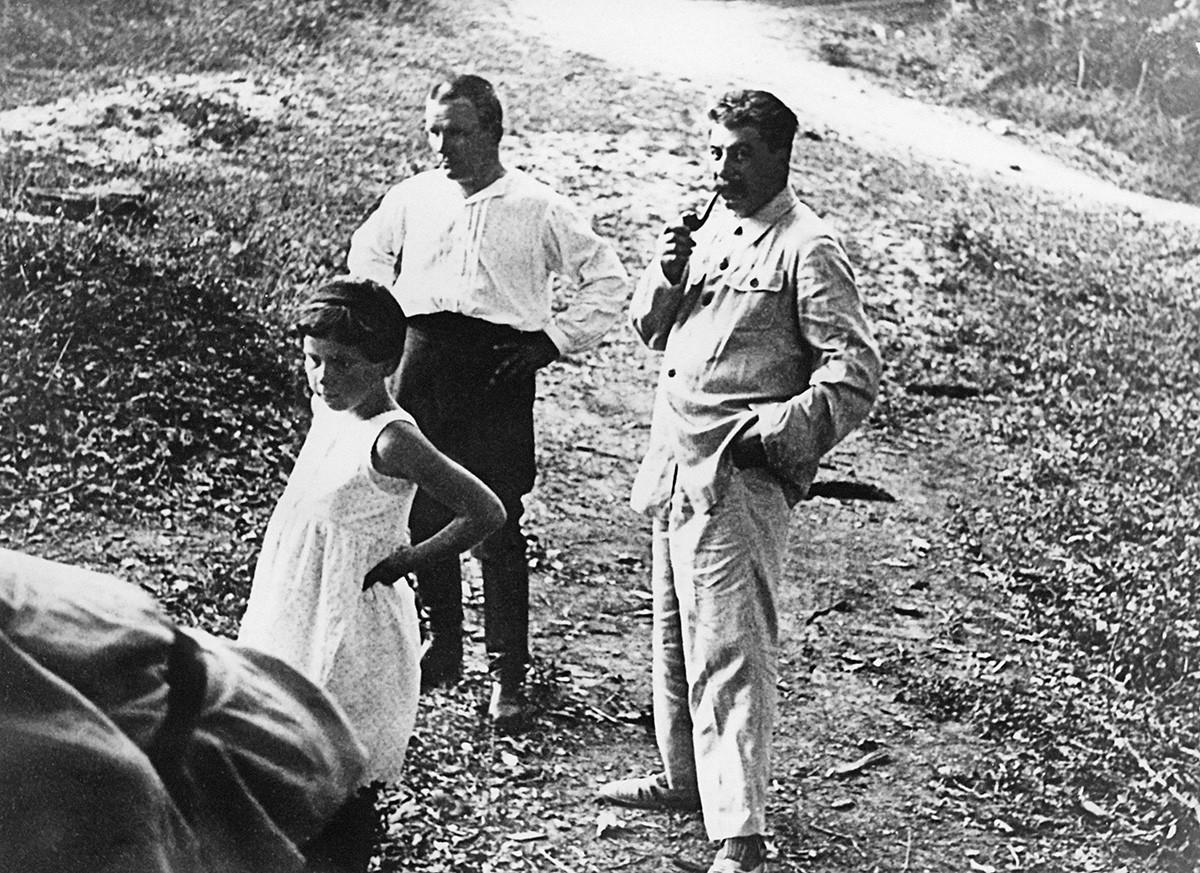 セルゲイ・キーロフ(中央)、ヨシフ・スターリンと娘のスヴェトラーナ・アリルーエワ、1930年代