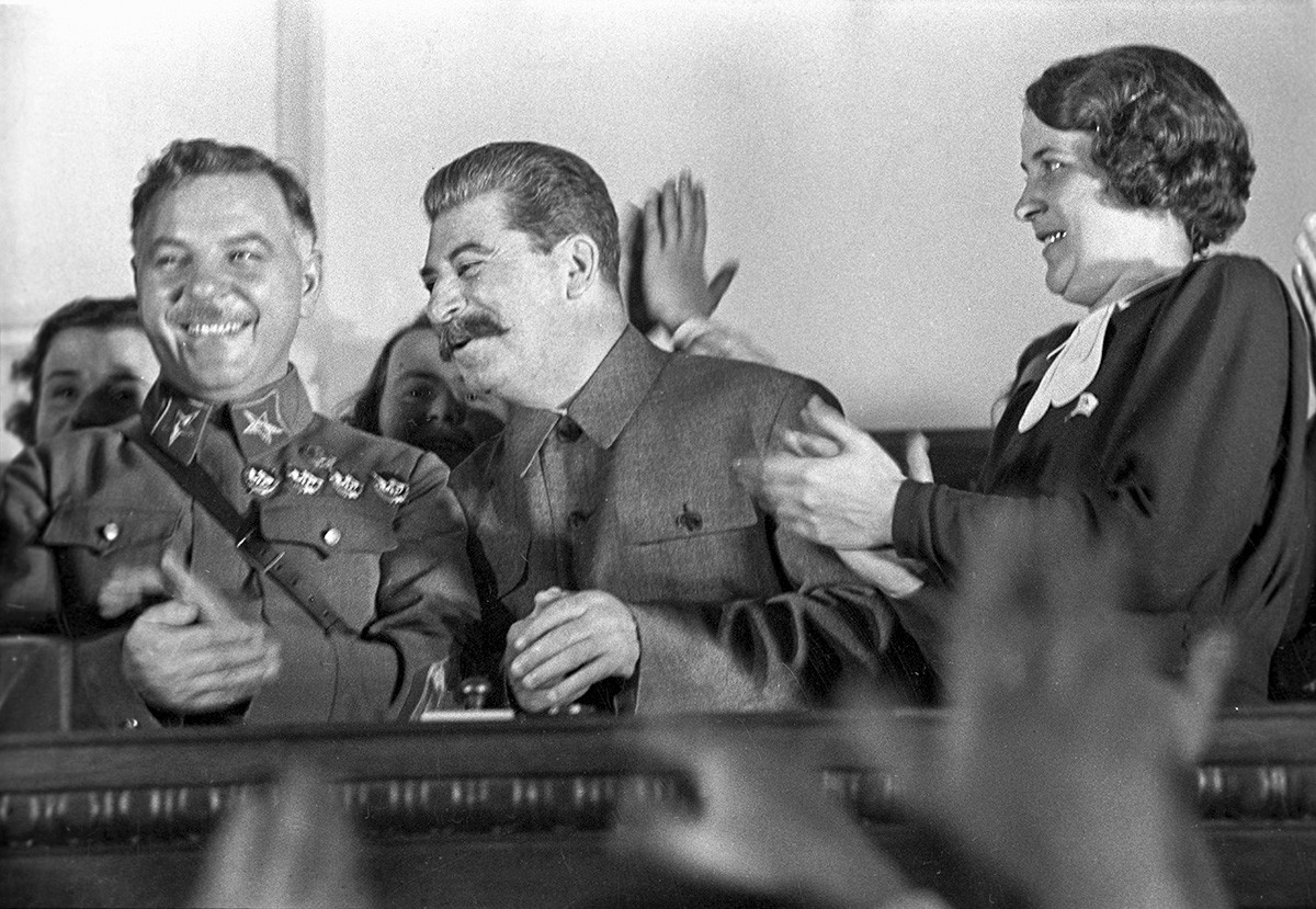 クリメント・ヴォロシーロフ(左側)とヨシフ・スターリン、1936年