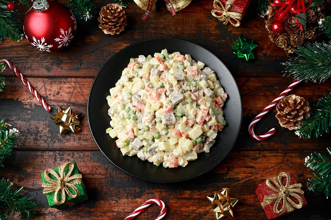Decorazioni Natalizie Per Insalata Russa.Cinque Piatti Che Ogni Russo Cucina Per Il Cenone Di Capodanno Russia Beyond Italia