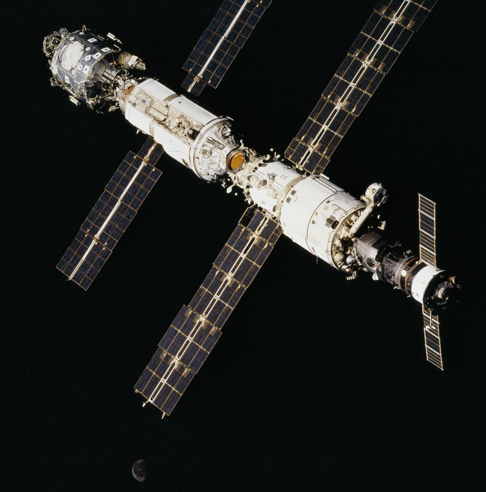 Три модуля МКС: «Звезда», «Заря» и «Юнити». 2000 год