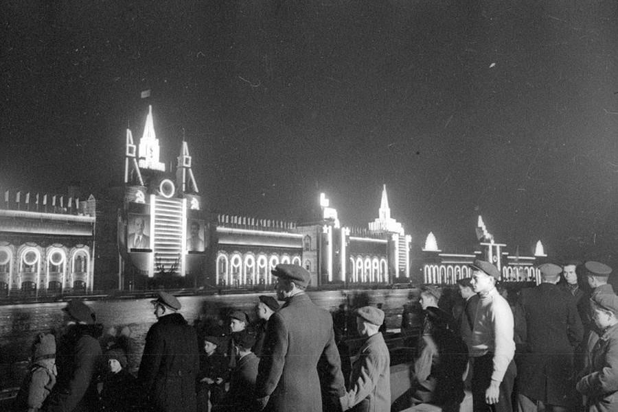毎年、美しく豪華に飾り付けられた赤の広場脇のグム百貨店、1950年代