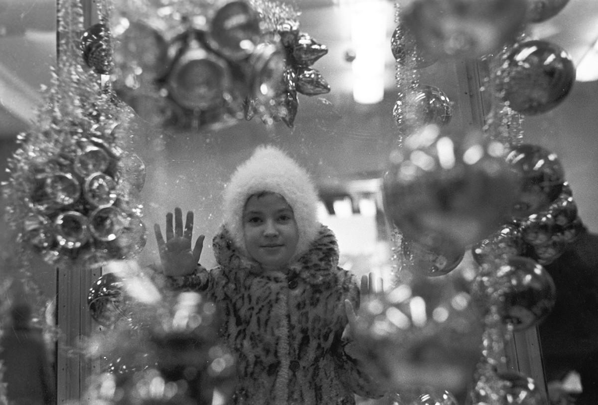 モスクワにあるデパート「ジェツキー・ミール」のショーウインドウを眺める少女、1967年