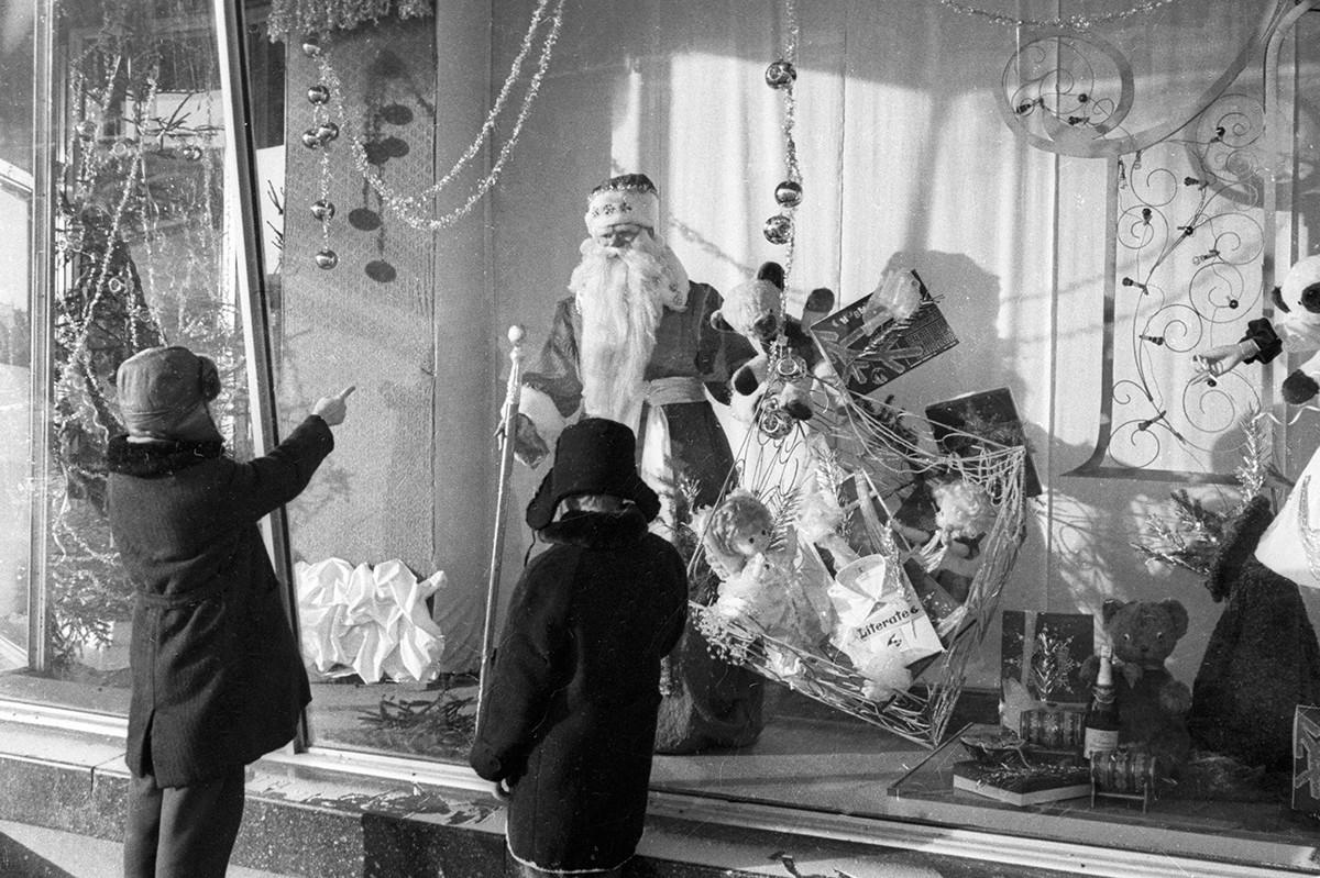 新年の前夜にお店のショーウィンドウのそばに立つ子どもたち、1971年