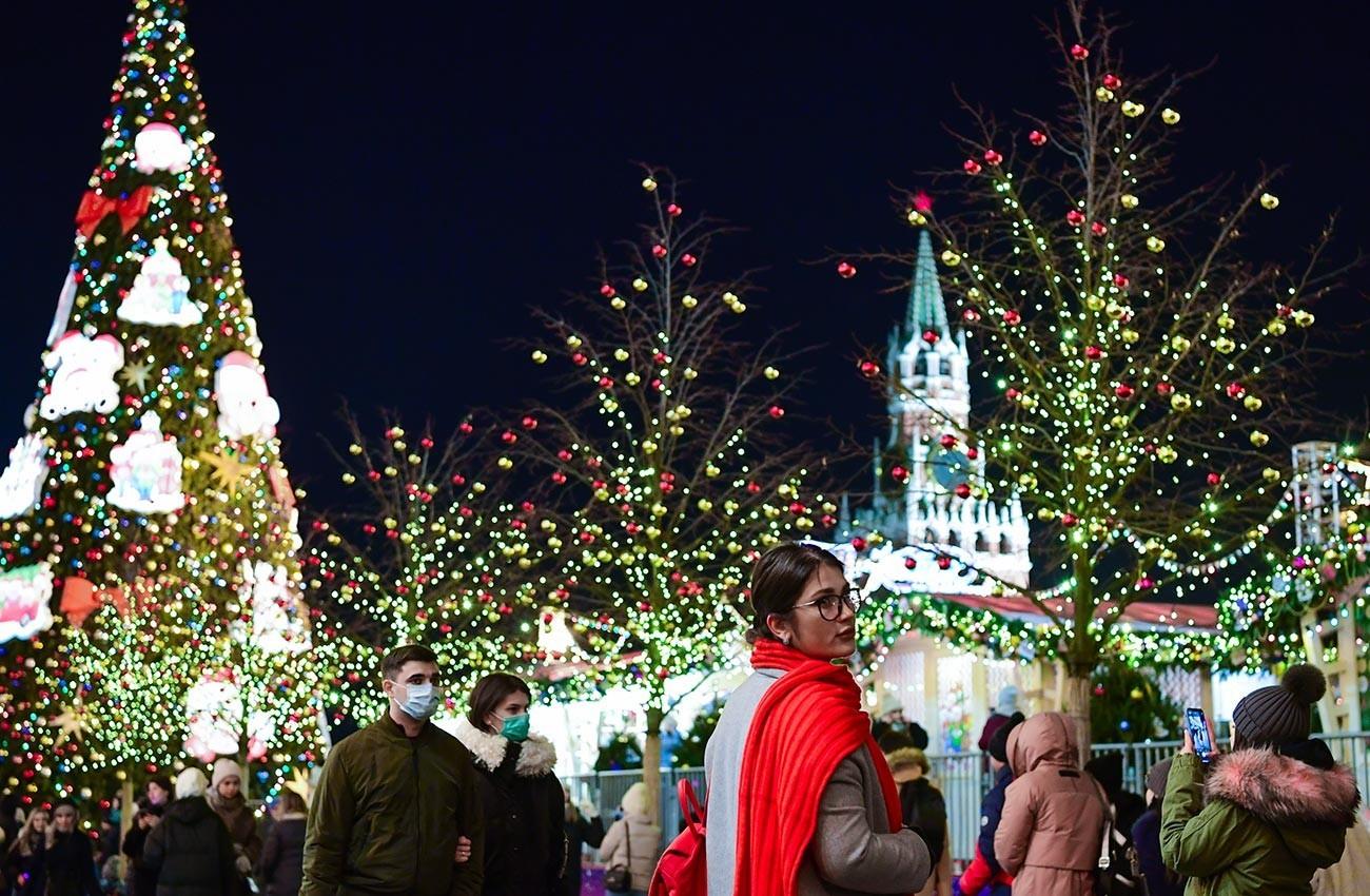 Mimoidoči na okrašenem Rdečem trgu v Moskvi v pričakovanju novega leta 2021