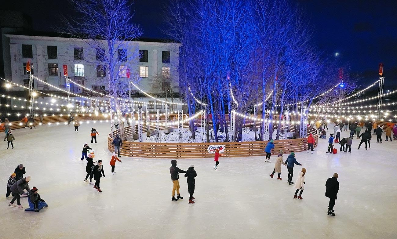 Obiskovalci novega zimskega drsališča v umetniškem prostoru Sevkabel Port v Sankt Peterburgu.