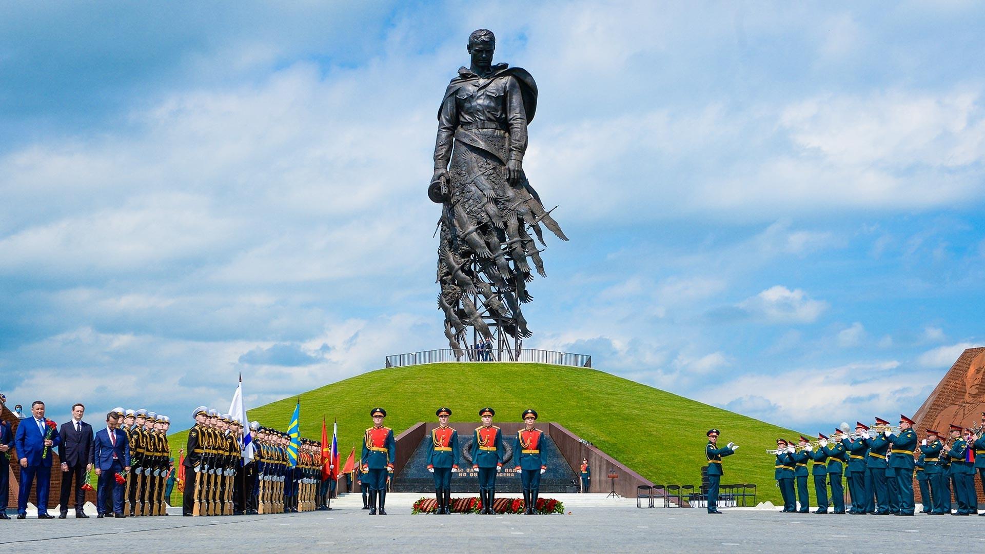 Otvoritvena slovesnost Rževskega spomenika sovjetskemu vojaku.