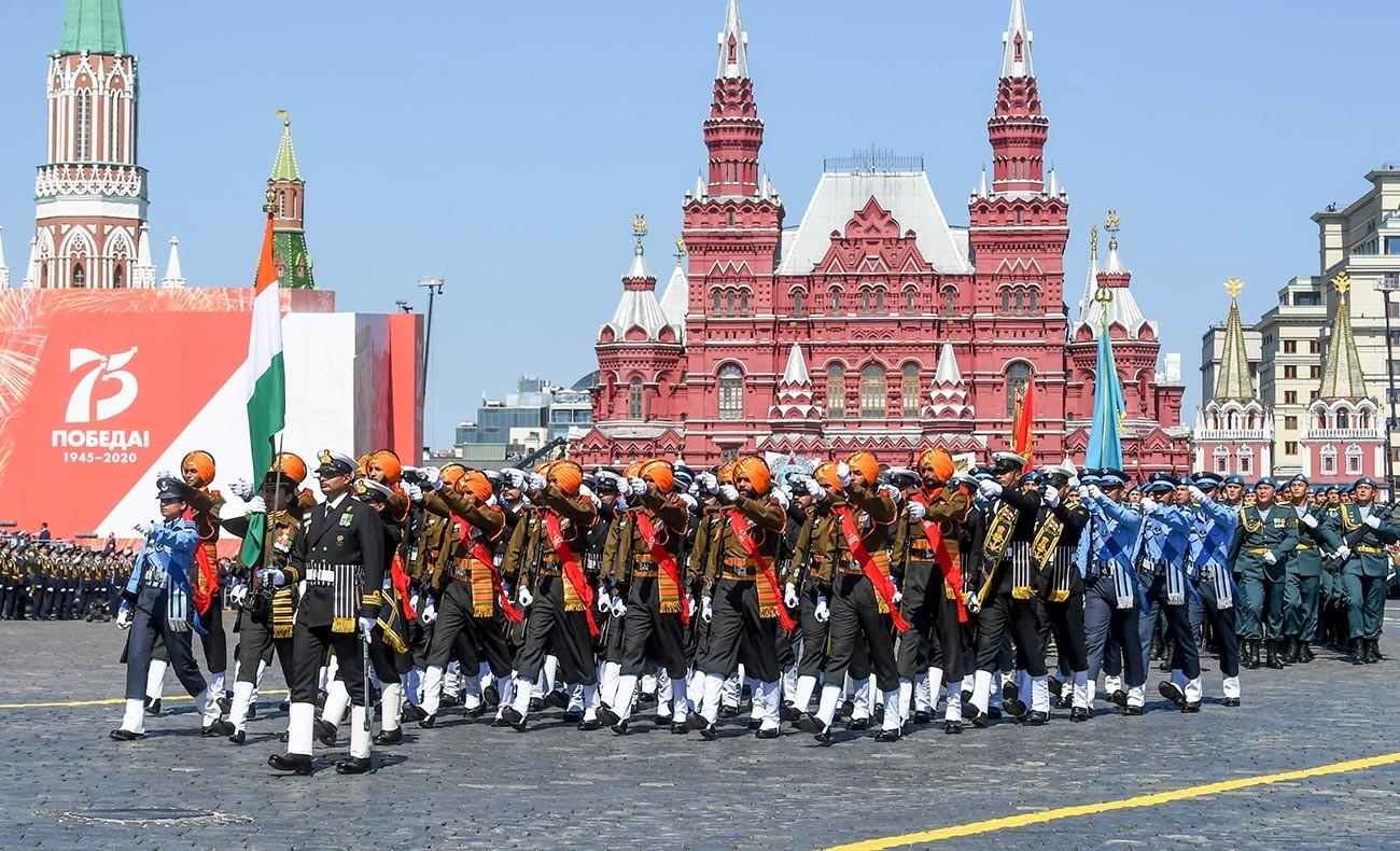 Vojaški uslužbenci indijske vojske med vojaško parado ob 75. obletnici zmage.