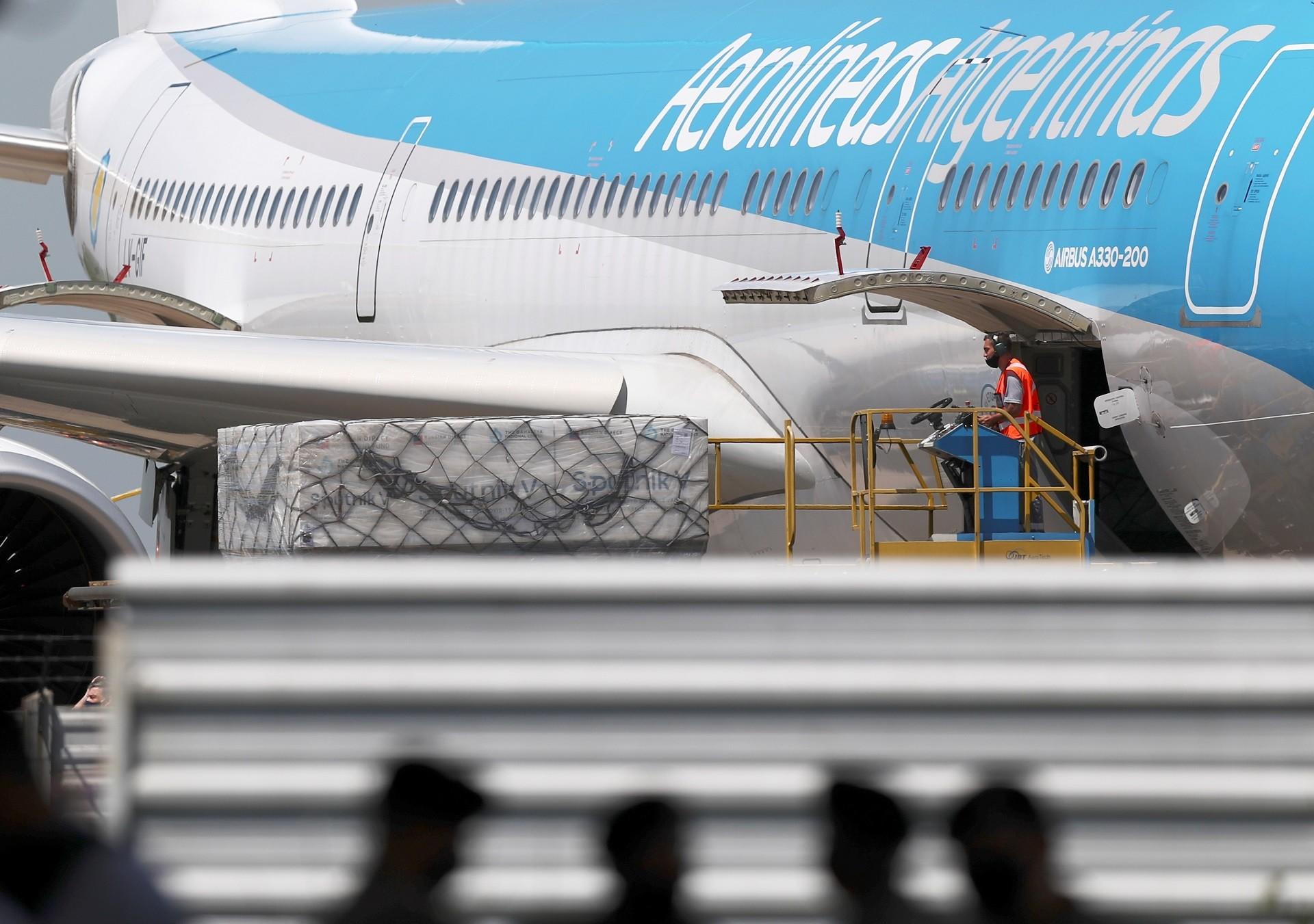 Vacina russa na chegada ao aeroporto internacional Ezeiza, em Buenos Aires