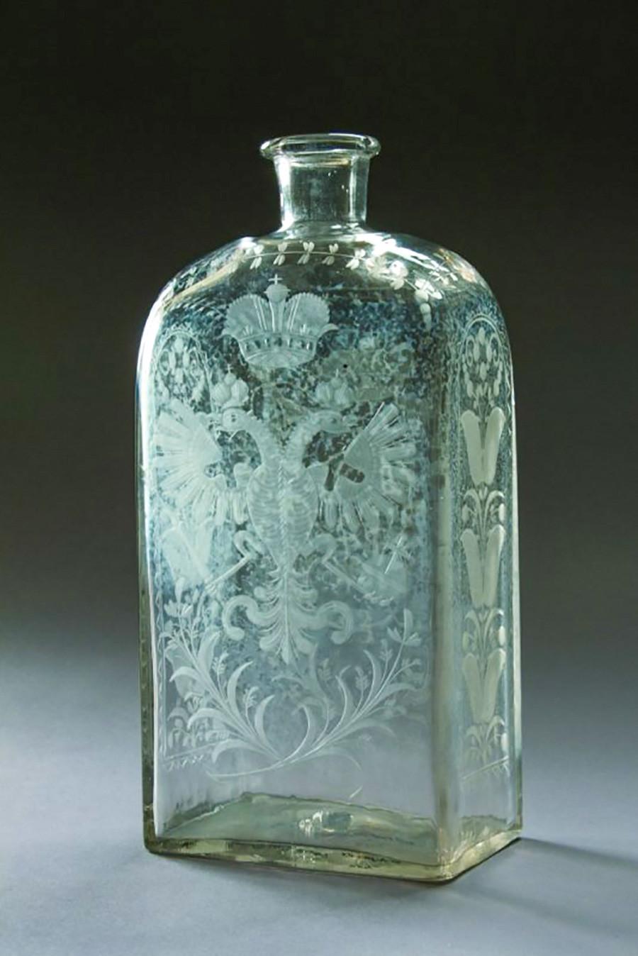 Штоф (боца од 1,23 л; стара мера за запремину течности и за стаклену флашу која је служила за алкохолна пића). Средина 18. века. Безбојно матирано стакло. Фабрика у Петербургу.