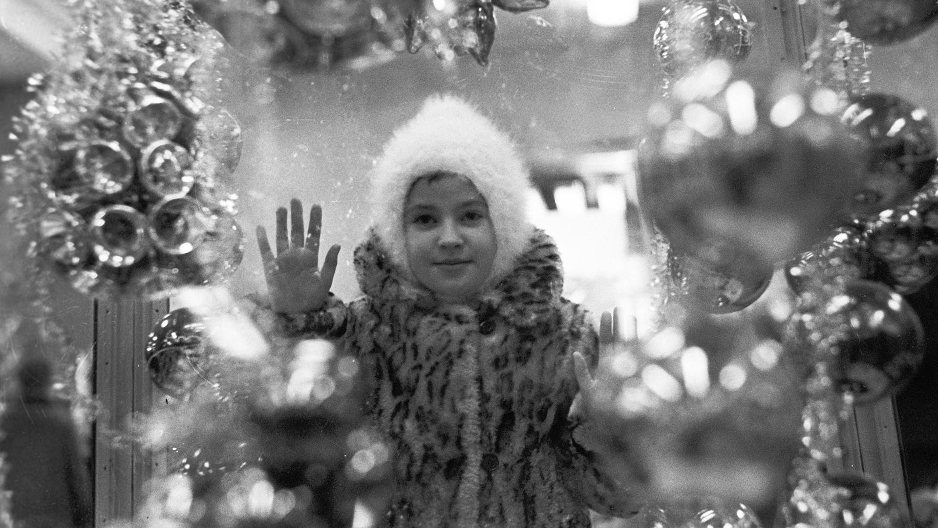 Une fille devant la vitrine du magasin, 1967