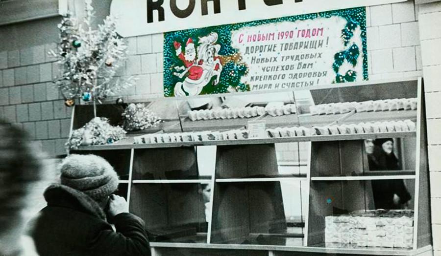 Étalages vides et inscription disant : « Bonne année 1990 »