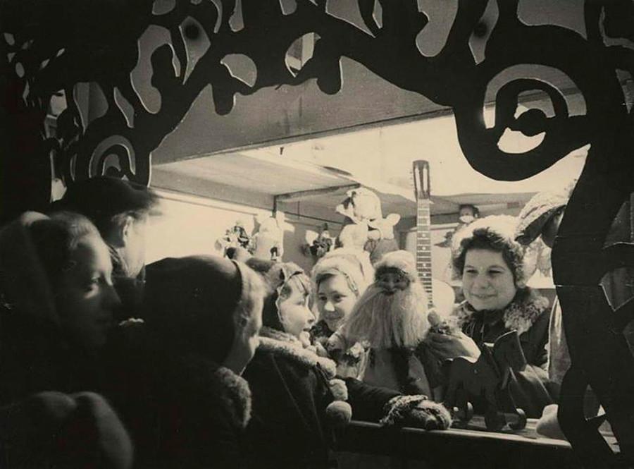 Étalage vendant des boules de Noël, 1949