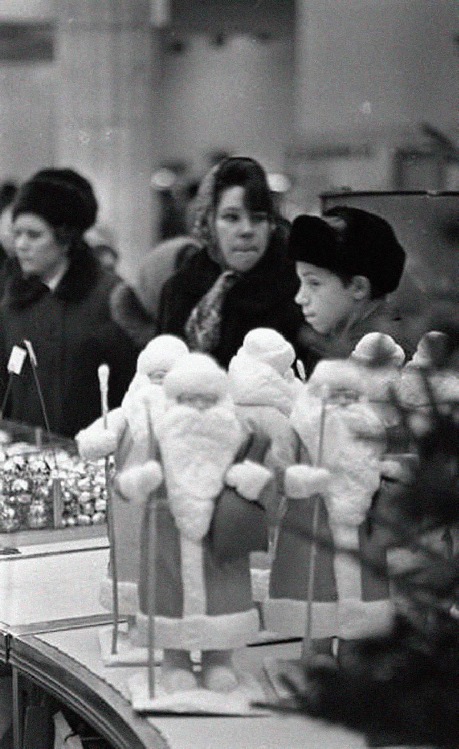 Jouets et décorations au Detski mir, 1972