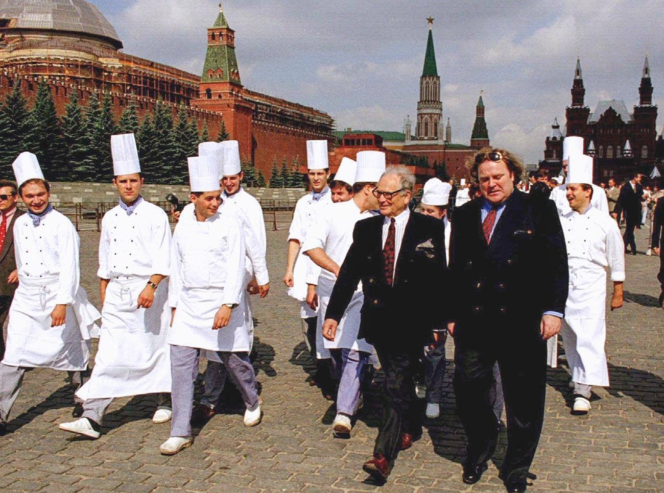 Pierre Cardin accompagné de son assistant Jeff Knipper, ainsi que du personnel du Maxim's inauguré à Moscou, marchant sur la place Rouge
