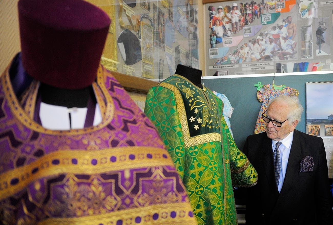 Pierre Cardin examinant des exemples de vêtements de clergé lors de sa visite à l'Université d'État de l'industrie légère et à l'Institut de design de Moscou.