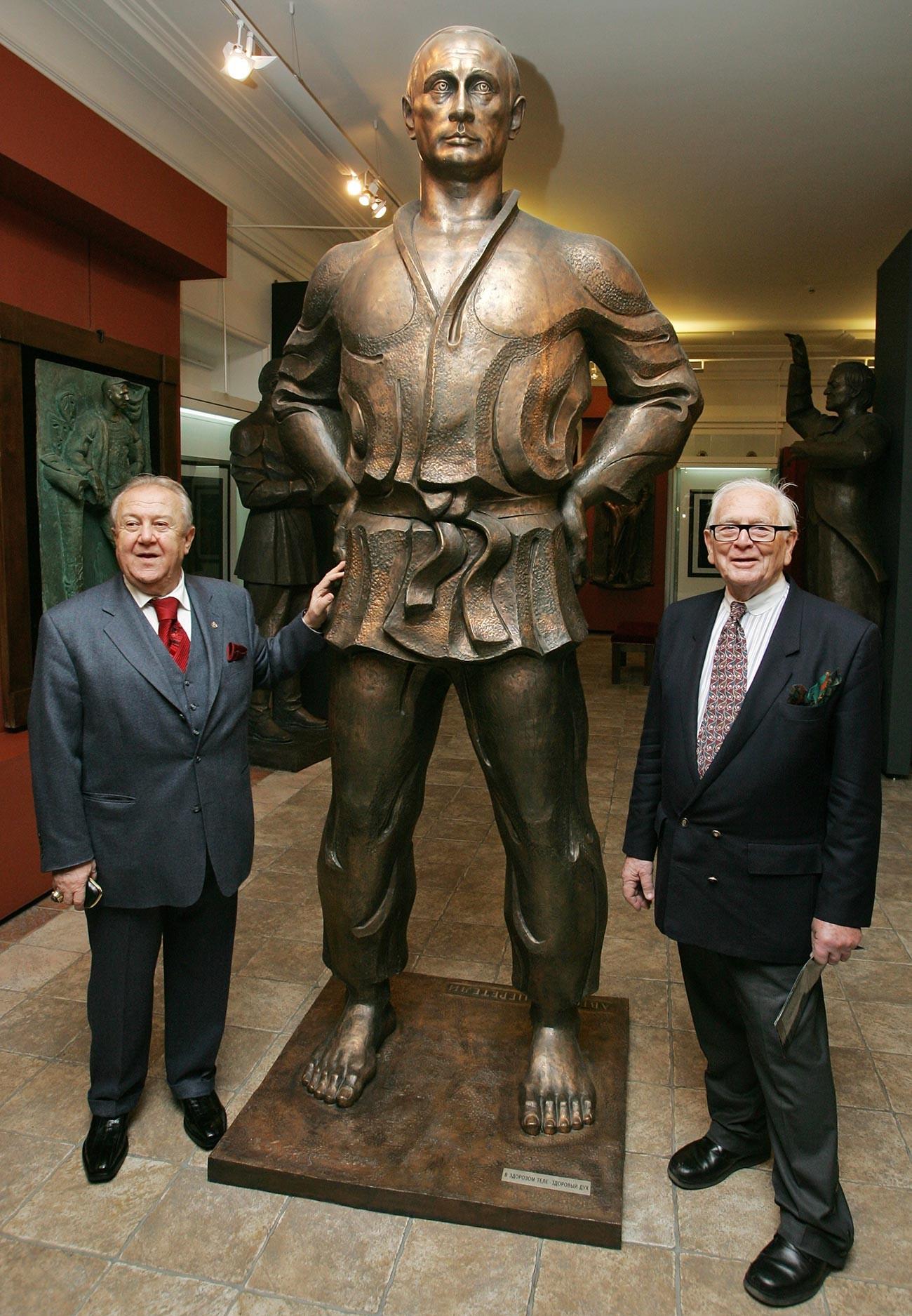 Pierre Cardin posant près d'une statue de Vladimir Poutine au sein de la galerie du sculpteur Zourab Tsereteli en novembre 2008. Tsereteli, président de l'Académie des arts de Russie, l'a alors récompensé du titre de membre honorifique de l'institution.