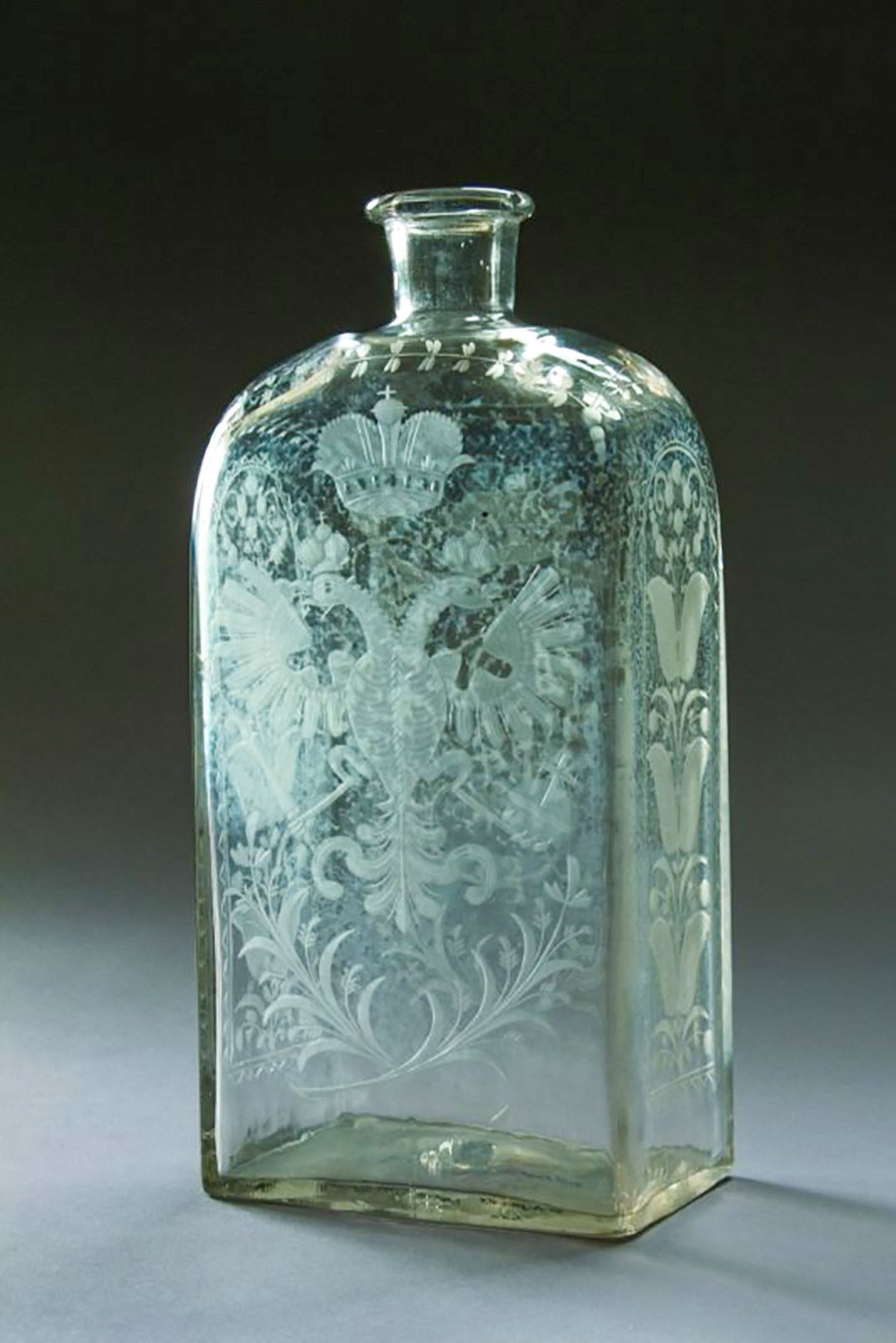 Средата на XVIII в. Безцветно стъкло, матово гравиране. Петербургски завод