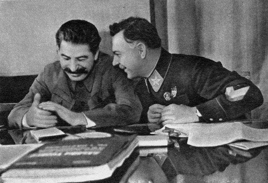 И.В. Сталин с маршал на Съветския съюз К. Е. Ворошилов през 1935 г.