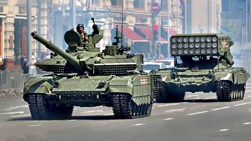 "Основни борбени тенк Т-90М ""Пробој"" у тешки вишецевни лансер ракета кал.220мм ТОС-1А ""Солнцепек"""