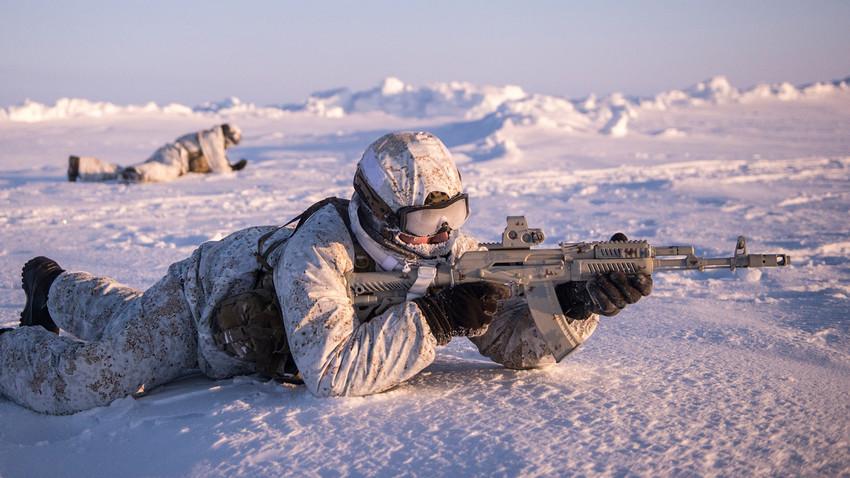 Припадници специјалних јединица Министарства унутрашњих послова за време војне вежбе у рејону Северног пола.
