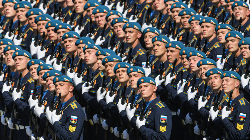 Tentara Rusia dalam parade militer untuk memperingati 75 tahun Kemenangan dalam Perang Dunia II di Lapangan Merah, Moskow, Rabu (24/6/20).