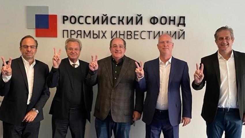 Fernando de Castro Marques, presidente da União Química (centro), o e CEO do RDIF Kirill Dmitriev (segundo à dir.)