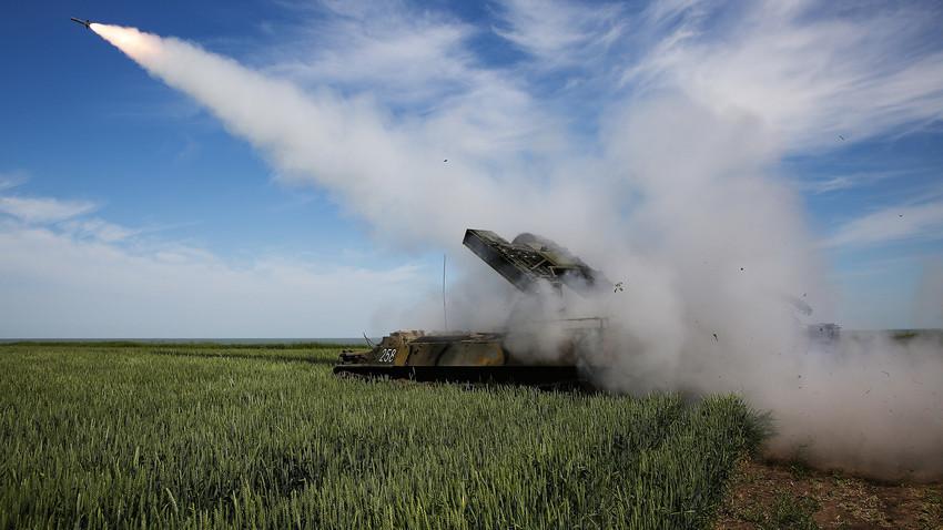 """Гаѓање од противвоздушниот систем """"Стрела-10М3"""" на армиското натпреварување """"Чисто небо"""", полигон Ејски, Центар за обука на припадниците на ПВО."""