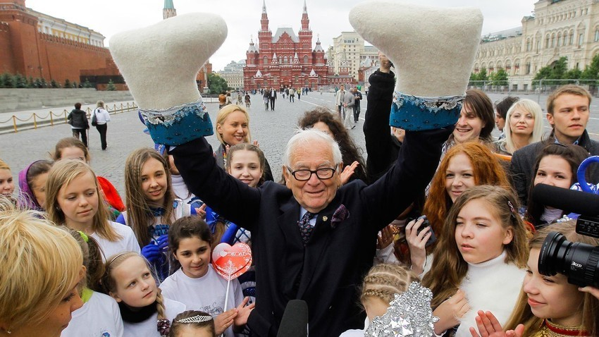 El famoso diseñador de moda francés Pierre Cardin caminando por la Plaza Roja de Moscú con los alumnos del centro de arte infantil Ekol, 2010