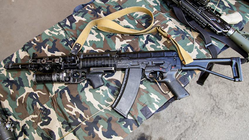 Автомат АЕК-971 со калибар 5.45х39 мм со потцевен фрлач на гранати ГП-25.