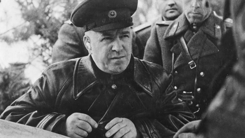 Маршалот Георгиј Константинович Жуков, командант на советските единици на Првиот белоруски фронт, на своето командно место, Русија, почеток на 20 век.