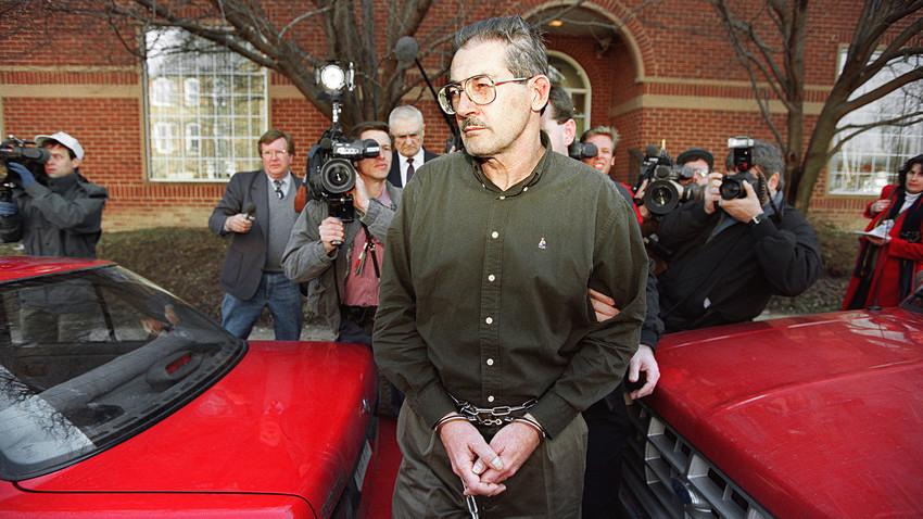 Поранешниот постар службеник на ЦИА Олдриџ Хејзен Ејмс по судењето од 22 февруари 1994 година во врска со обвинението дека шпионирал во корист на поранешниот Советски Сојуз.