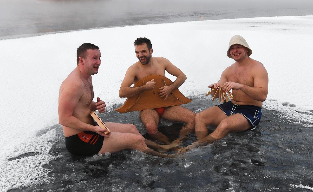 Членове на клуба за втвърдяване на семейство Крепиш в ледена дупка на Енисей в Красноярск.