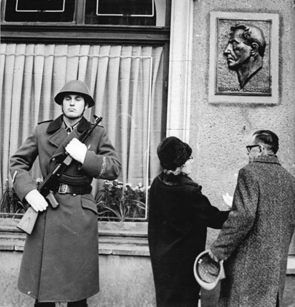Soldado germanoriental con AK-47. 1969.
