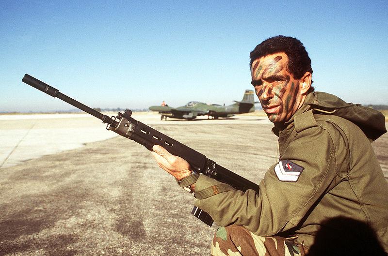 Soldado uruguayo portando un FN FAL